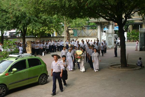 Anh Tâm Duệ - Nguyễn Đức Châu hướng dẫn Hunh trưởng và học viên vào linh đường đãnh lễ Giác linh Hòa thượng Tôn Sư