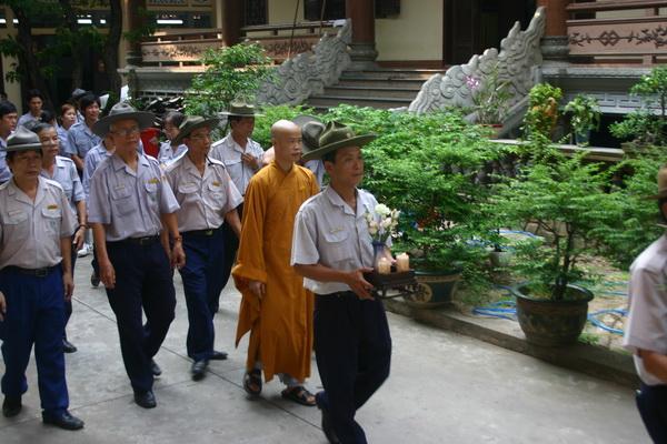 Thượng Tọa Tâm Minh hướng dẫn đoàn viếng bảo tháp Pháp Lạc