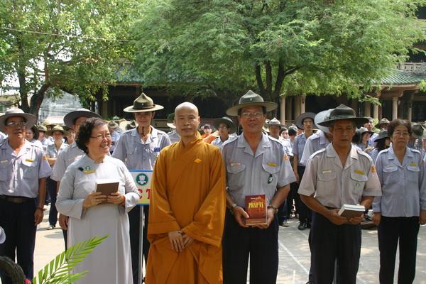 Đại diện ban điều hành các bậc học nhận quà của Thầy Tâm Minh