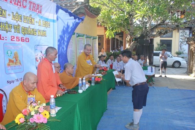 Chư tôn giáo phẩm trao tặng tịnh tài cho ban Quản Trại