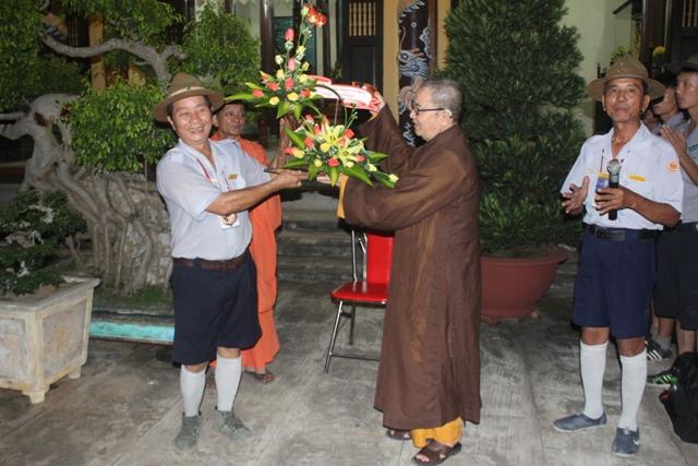 Hòa Thượng Thích Hạnh Niệm, UV.HĐTS, Phó ban Thường Trực ban Trị sự Quảng Nam sau chuyến Phật sự Hải ngoại về cúng đến thăm Trại và tặng hoa chúc mừng
