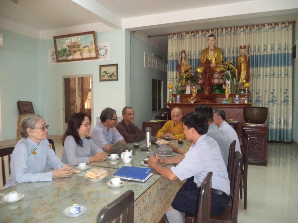 Hòa thượng Thích thiện Minh Trưởng ban trị sự GHPGVN Huyện Hóc Môn ân cần tiếp đoàn